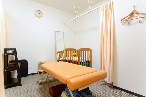 ベビーベッド付きの施術ルームで赤ちゃん連れも安心!